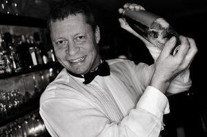Nu Šr det okej med rut-avdrag fšr hemma-bartender. Bjšrn Nielsen driver fšretaget Rent-a-bartender som kommer hem till folk och blandar drinkar. Han har en schyst hemmabar och Šr beredd att dra pŒ sig bartender-klŠder. --- FOTOGRAF PONTUS ORRE / PONORR / 85527 +46 (0)730 72 93 91 info@pontusorre.se www.pontusorre.se