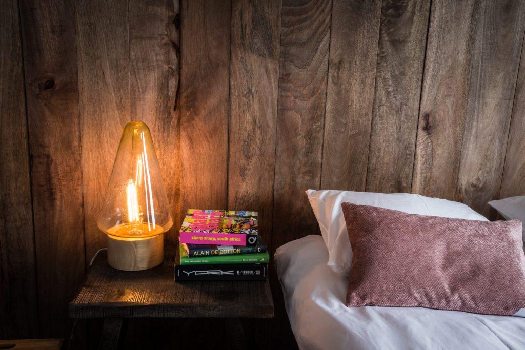 Närbild sovrum med böcker